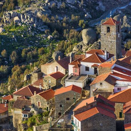 Vista sobre aldeia histórica de Portugal.