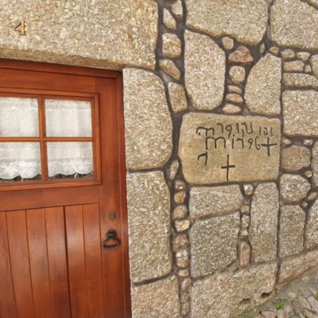 Inscrições cruciformes judaicas gravadas em pedra nos portais da aldeia histórica de Alvoco da Serra em Seia, na Serra da Estela